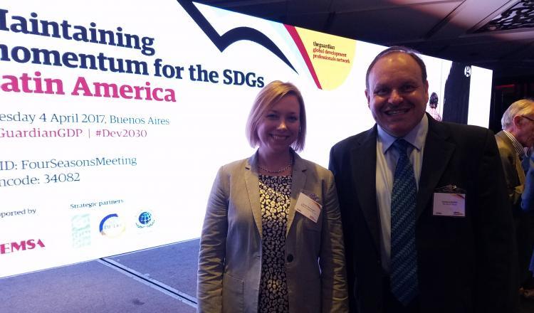 Emily Farnworth, jefa de iniciativas climáticas, Foro Económico Mundial, junto a Gustavo Saltiel, Especialista líder en Agua y Saneamiento, Banco Mundial.