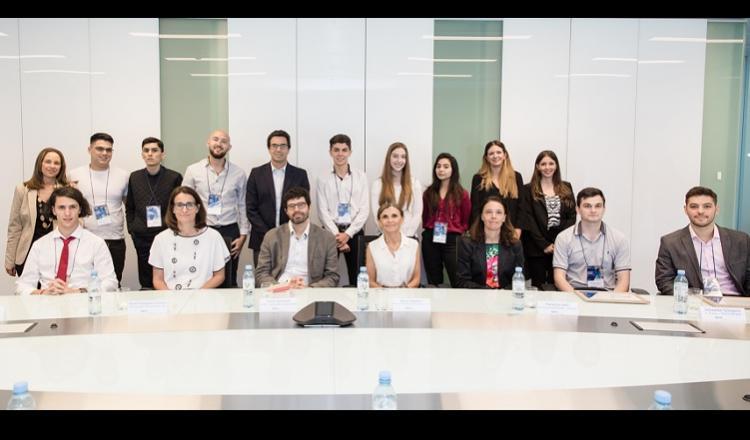 jurado y autoridades de BBVA en Argentina junto con ganadores.