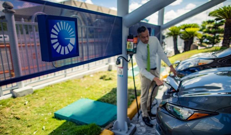 Energía limpia a vehículos híbridos y eléctricos a través de su estación de carga piloto.