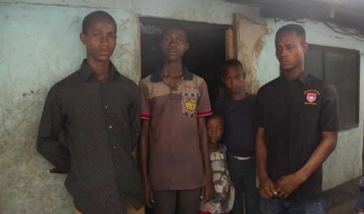 Los hijos de un trabajador fallecido subcontratado por Shell, durante una visita de IndustriALL en 2018 en Nigeria