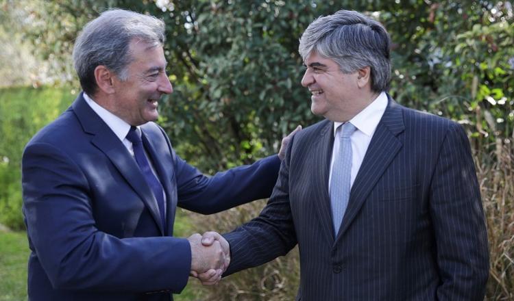 Daniel Herrero, Presidente de Toyota Argentina (izquierda), Miguel Gutierrez, Presidente de YPF (derecha)