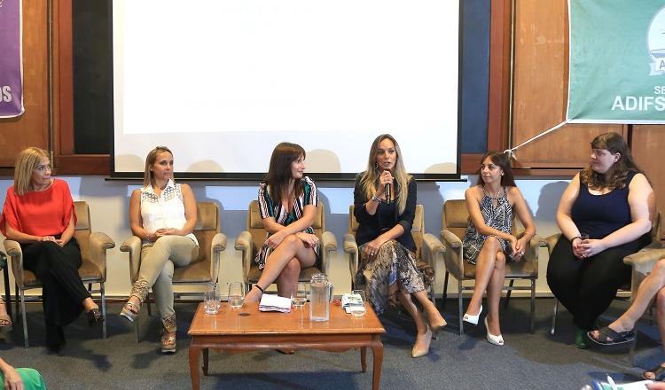 Malena Galmarini, presidenta de AYSA, Jimena Bondaruk, encargada del área de género de TAI, junto a representantes de APDFA disertando en el Encuentro de Mujeres.