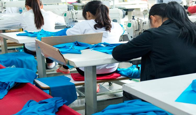 Muchos trabajadores textiles sufren largas jornadas, con sueldos bajos, en condiciones a menudo peligrosas, de inestabilidad y violencia© AP Images/European Union-EP