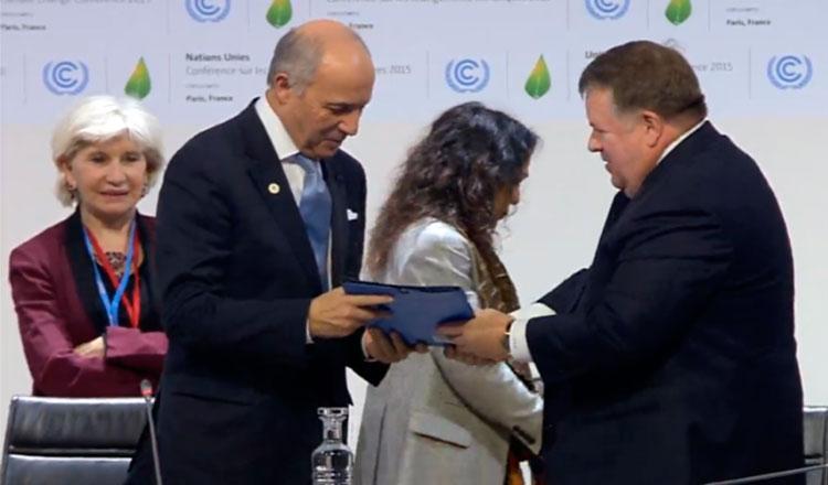 Entrega del texto de negociación al presidente de la COP21